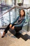 Ung inre för affärskvinna i regeringsställning royaltyfri foto