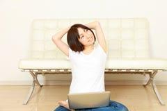 Ung japansk kvinna med datoren Arkivbild