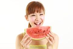 Ung japansk kvinna med vattenmelon Arkivfoto
