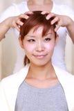 Ung japansk kvinna som får en head massage  Royaltyfri Fotografi