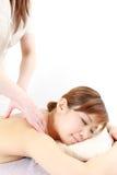 Ung japansk kvinna som får en massage Royaltyfri Fotografi