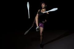 Ung jonglör på cirkusen Fotografering för Bildbyråer