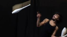 Ung jonglör på cirkusen royaltyfri fotografi