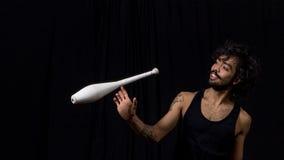 Ung jonglör på cirkusen royaltyfri bild