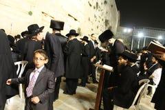 Ung judisk pojke på den att jämra sig väggen, Jerusalem gammal stad, Israel Royaltyfri Foto