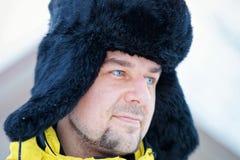 Ung kamrat i vinter i Trakai royaltyfri bild