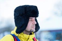 Ung kamrat i vintern Trakai arkivfoton