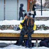 Ung kamrat och flicka som kysser på vinterisbanan i Trakai fotografering för bildbyråer