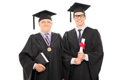 Ung kandidat som poserar med universitetdekanen Arkivfoton
