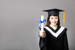 Ung kandidat som visar diplomet royaltyfri fotografi