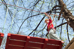 Ung klättrare som går att gå på en upphängningbro Royaltyfria Bilder