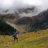 Ung klättrare som väntar på hans vänner på berget Arkivfoto