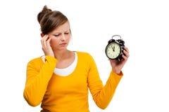Ung klocka för kvinnaholdingalrm Royaltyfria Bilder