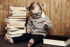 Ung klyftig flicka med böcker och exponeringsglas Arkivbild