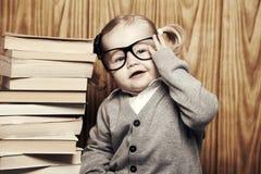 Ung klyftig flicka med böcker och exponeringsglas Arkivbilder
