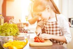 Ung kock för tonårs- flicka samman med hennes familj Arkivfoto