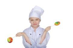Ung kock med den färgrika godisen royaltyfria foton