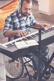 Ung kompositör som skriver det nya spåret Fotografering för Bildbyråer