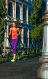 Ung konditionkvinna i sportkläder i Rome, Italien spring royaltyfri fotografi