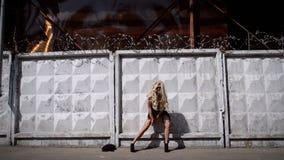 Ung konstig kvinna i svart klänning stock video
