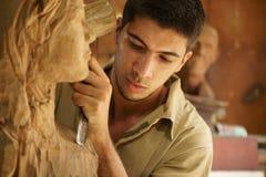 Ung konstnärhantverkare för skulptör som arbetar hugga skulptur Royaltyfria Foton