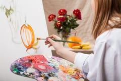 Ung konstnär som målar en natur Arkivfoton