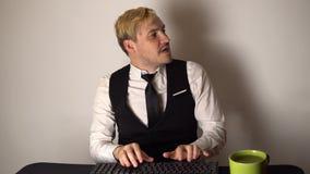 Ung kontorsaffärsman som arbetar på den skrivbords- datoren Le maskinskrivning för affärsman på tangentbordet på datoren i modern lager videofilmer