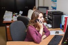 Ung kontorskvinnaarbetare Fotografering för Bildbyråer