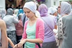 Ung kristen kvinna i den vita sjaletten Ryssland Royaltyfri Foto