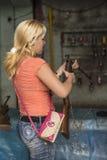 Ung kubansk havannacigarr för gevär för kvinnapäfyllningsluft Fotografering för Bildbyråer