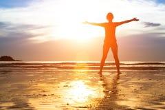 Ung kvinna, övning på stranden på solnedgången Arkivfoto