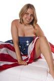 Ung kvinna antydd näck amerikanska flaggan Fotografering för Bildbyråer