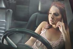 Ung kvinna bak hjulet Arkivfoton