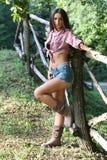 Ung kvinna bredvid staketet Fotografering för Bildbyråer