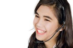 Ung kvinna eller tonårigt med hörlurar med mikrofon Royaltyfri Fotografi