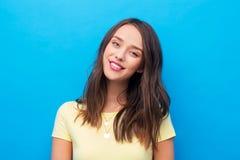 Ung kvinna eller ton?rs- flicka i gul t-skjorta royaltyfri foto