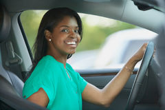 Ung kvinna för afrikansk amerikan i bil royaltyfria bilder