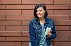 Ung kvinna för attraktiv brunnete med tunneler i öronen i blått Royaltyfria Bilder