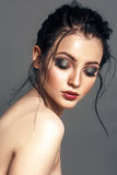Ung kvinna för attraktivt mode med ljus makeup för glamour royaltyfri foto
