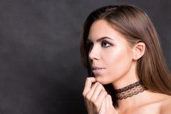 Ung kvinna för brunett svart stående för bakgrund Royaltyfria Foton