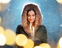 Ung kvinna för gullig brunett som rymmer stearinljus royaltyfri foto