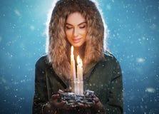 Ung kvinna för gullig brunett som rymmer stearinljus fotografering för bildbyråer