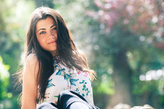 Ung kvinna för härlig vår utomhus Glödande kvinnlig skönhet arkivbild