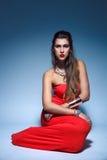 Ung kvinna för härligt mode i röd klänning royaltyfri foto