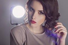 Ung kvinna för härligt mode i studio arkivfoton