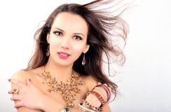 Ung kvinna för härligt mode med smyckentillbehör royaltyfria bilder