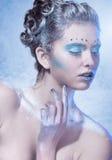 Ung kvinna för kall vinter med idérik makeup Arkivbild