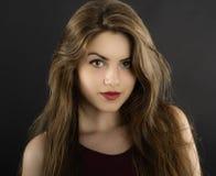 Ung kvinna för långt hår med mörk makeup Royaltyfri Foto
