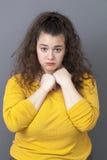 Ung kvinna för lidandexxl som känner sig ledsen med händer som skyddar sig Royaltyfri Bild