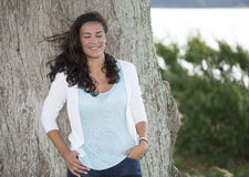 Ung kvinna för lycka som drömmer i natur Royaltyfri Bild